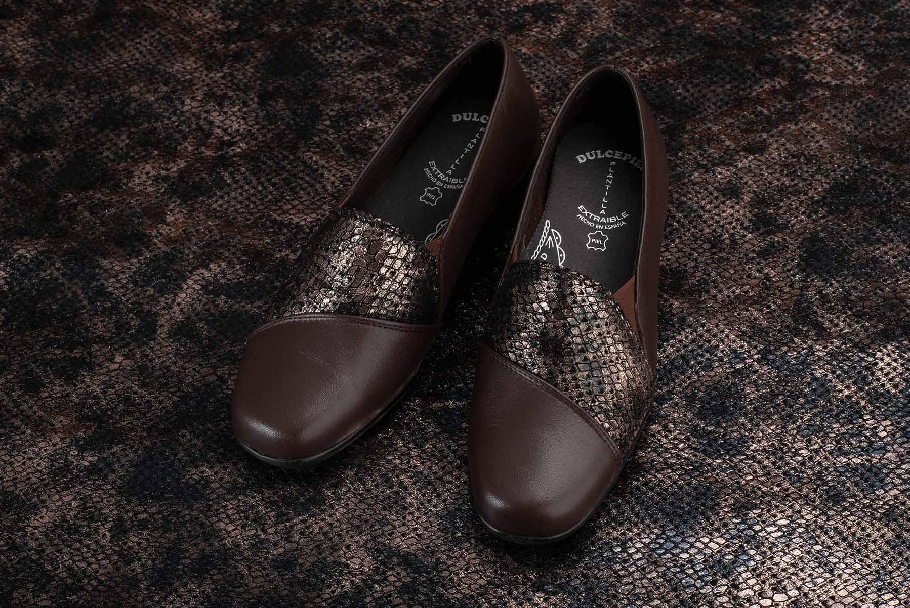 Zapatos elegantes sobre piel de fantasía serpiente
