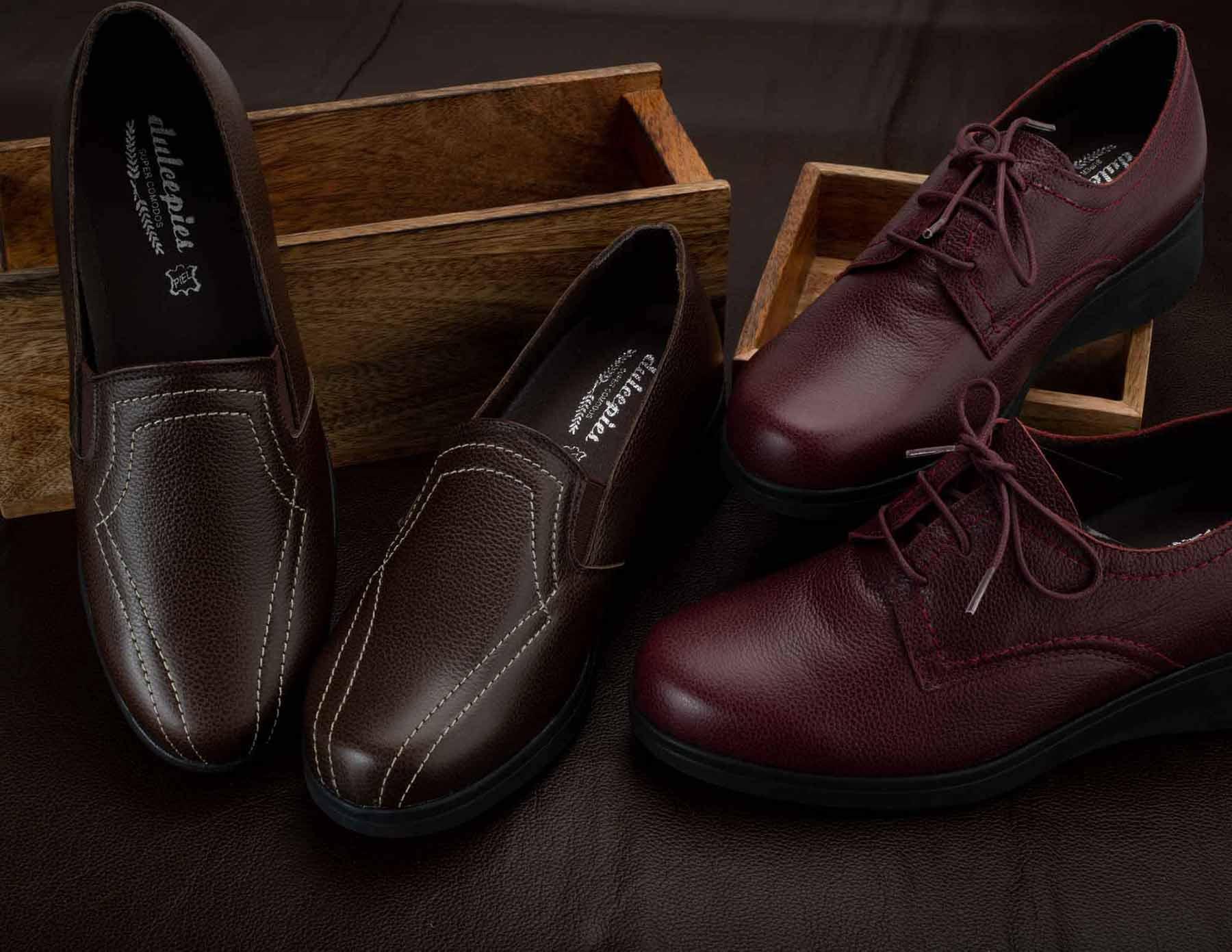 Par de zapatos marrones sobre cajas de madera y blucher en otro color