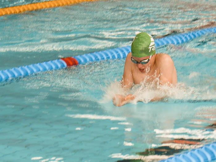 Nils Peppler schwimmt auf den Hessischen Meisterschaften in Kassel. Er trägt eine Schwimmbrille der Marke Aqua Sphere aus der Michael Phelps Kollektion.
