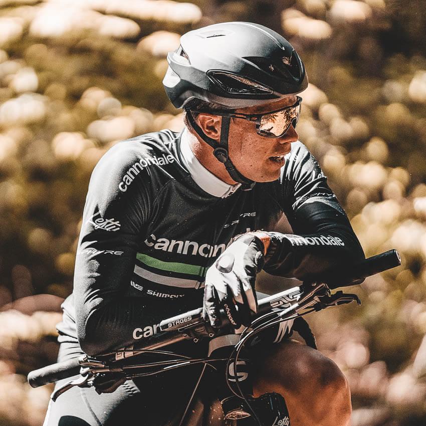 Ein Radfahrer/Mountainbiker trägt eine Julbo-Sportbrille. Wir von Peppler Augenoptik sind Ihr persönlicher Support und helfen Ihnen kompetent bei der Auswahl der passenden Sportbrille. Testen Sie ihr Modell am Windkanal.