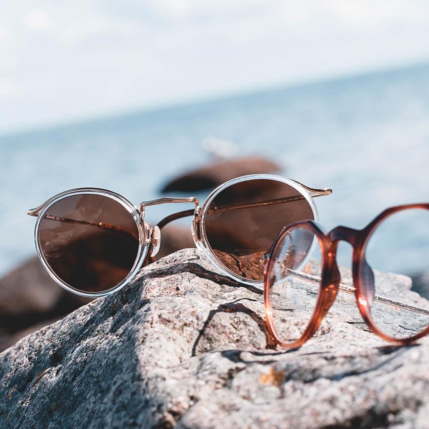 Brillen auf einem Fels. Finden Sie mit unserem kompetenten Optik-Team Ihre neue Lieblingsbrille mit individuell angepassten Gläsern nach ihren Bedürfnissen in unserem Laden in Gießen-Wieseck.