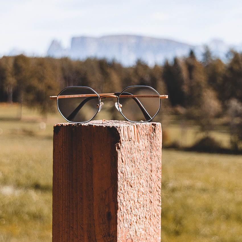 Brille von Peppler Augenoptik in Gießen liegt auf einem Pfosten. Finden Sie mit unserem kompetenten Optiker-Team Ihre neue Lieblingsbrille.