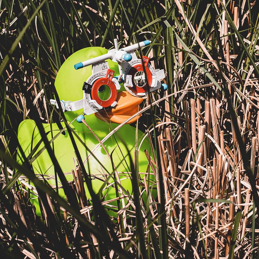 Ente mit Messbrille. Wir sind Ihr Optiker-Spezialist in Gießen mit einem außergewöhnlichen Service für Ihre Augen: 3D-Sehtest inklusive Nachtsehtest, individuelle Beratung, modische und bequeme Brillen bewährter Hersteller, Gleitsichtbrillen, Kontaktlinsen, Sportbrillen, Augeninnendruckmessung,  Glasstärkenbestimmung mit neuster Technik, Führerschein-Sehtest
