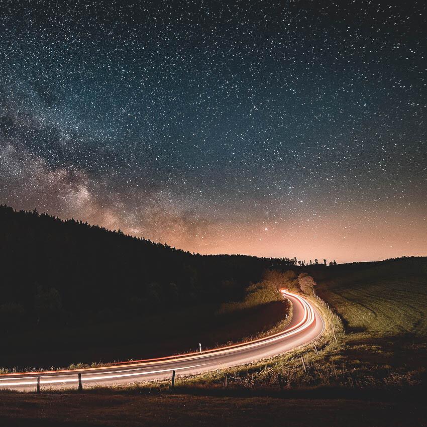 Autofahren bei Nacht. Mit einer Autofahrerbrille sehen Sie perfekt über den ganzen Tag. Nachtfahrt.