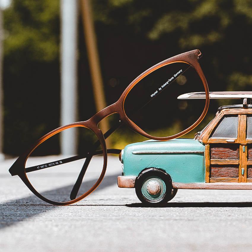 Topmodische Brillen zum dauerhaften Komplettpreis bei Peppler Augenoptik in Gießen. Alle Komplettbrillen sind inkl. Superentspiegelung und Hartschicht. Finden sie mit unserem kompetentes Optiker-Team ihre neue Einstärkenbrille, Gleitsichtbrille, Sonnenbrille, Sportbrille, Lesebrille, Arbeitsplatzbrille in unserer Niederlassung in Gießen-Wieseck.