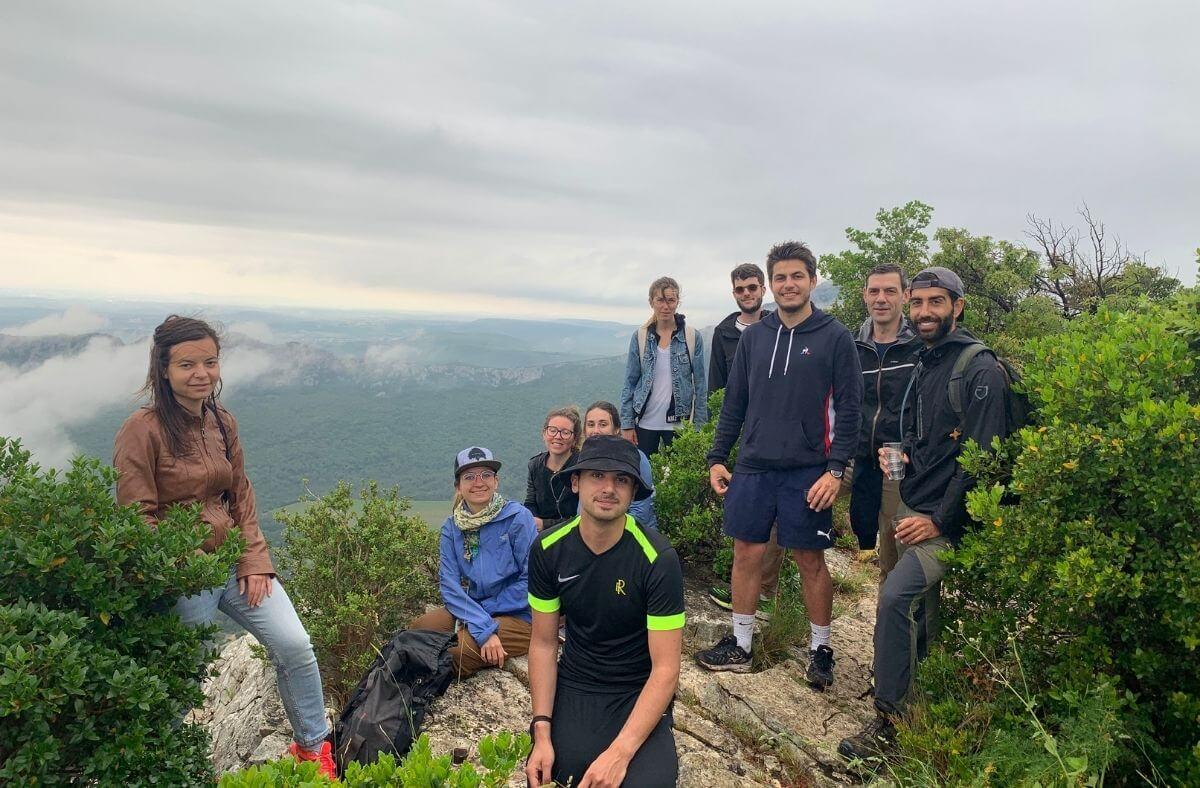 Photo d'équipe au sommet d'une montagne