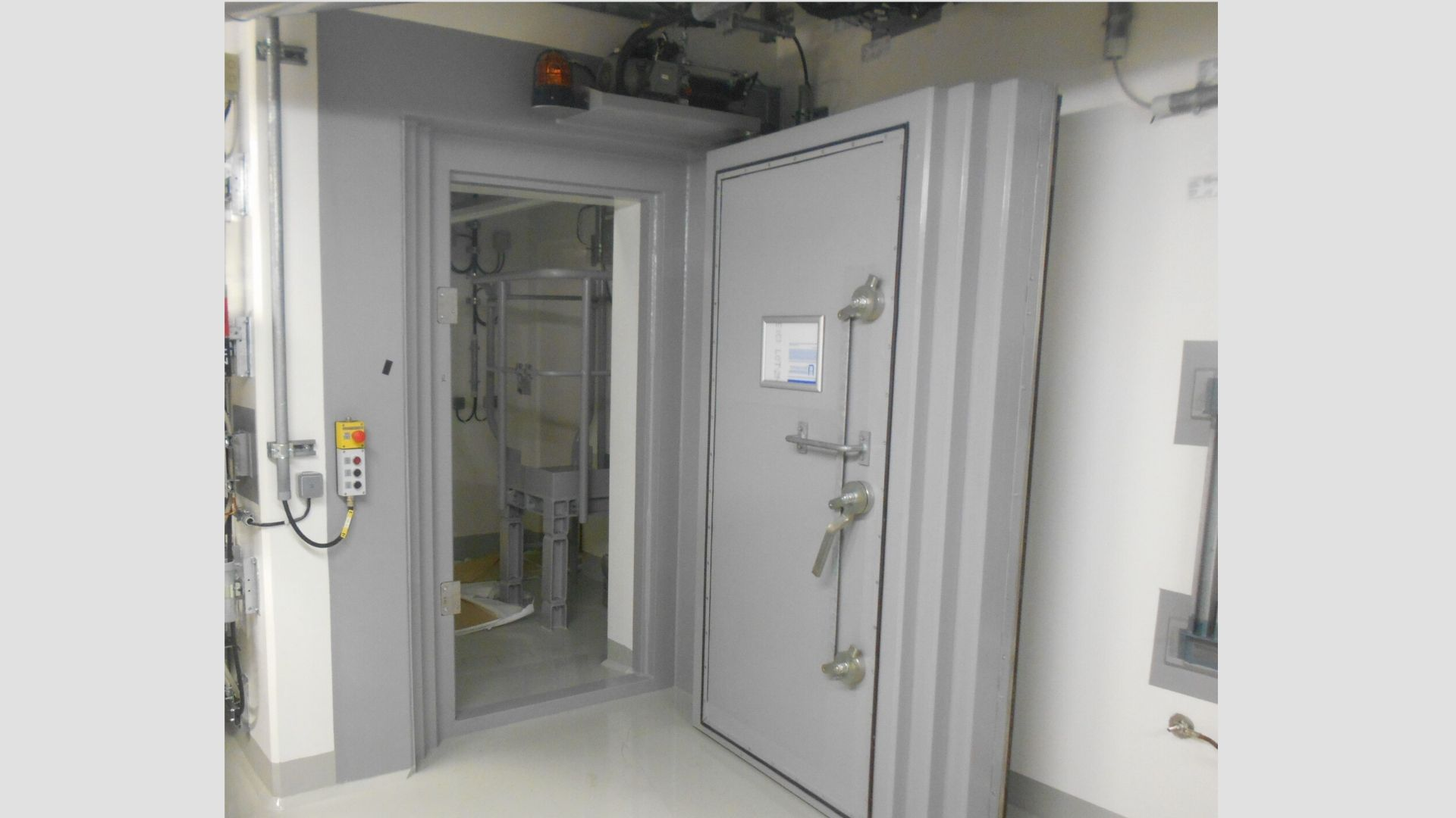 Neutron and gamma rays protection door -Neutronic
