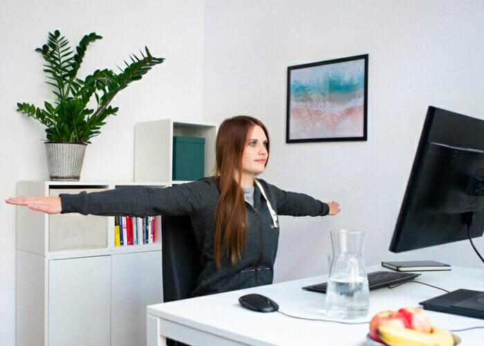 Bürogymnastik - Brustdehner