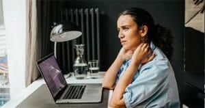 Nackenschmerzen ist ein typisches Symptom für Büroarbeit. Beugen sie dies durch Massagen vor