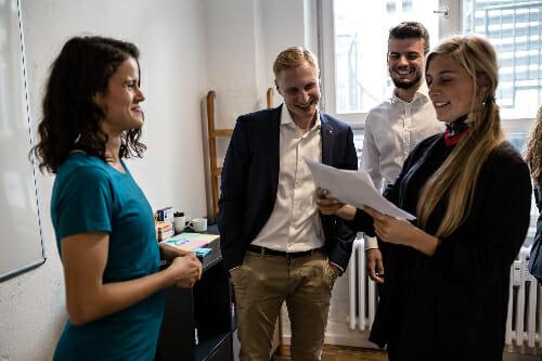 Das Wellnow Team diskutiert Ideen im Office
