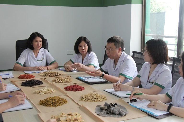 Bác sĩ Tuyết Lan cùng đồng nghiệp nghiên cứu dược liệu trong bài thuốc