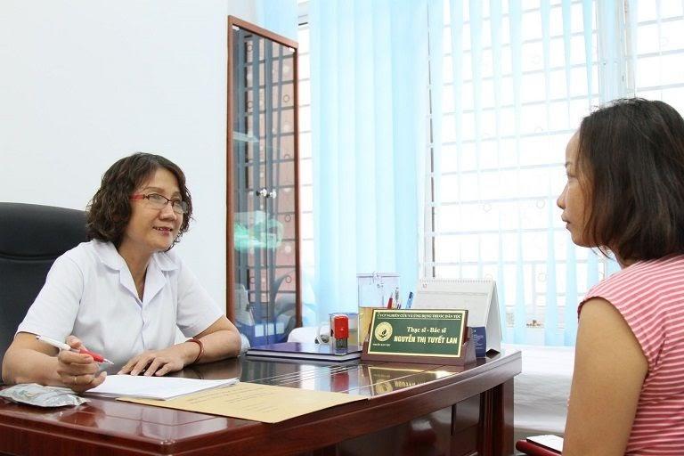 Bác sĩ Tuyết Lan tận tình thăm khám bệnh nhân