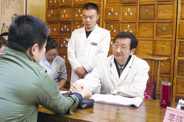 Nên chẩn mạch trước khi lựa chọn phương pháp chữa viêm xoang trán bằng Đông y