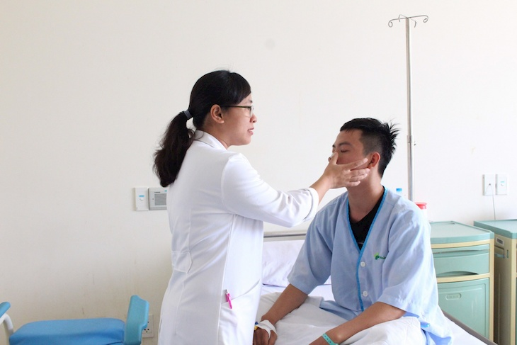 Khi thực hiện các biện pháp tại nhà không hiệu quả, bạn cần gặp ngay bác sĩ để được thăm khám và hướng dẫn điều trị