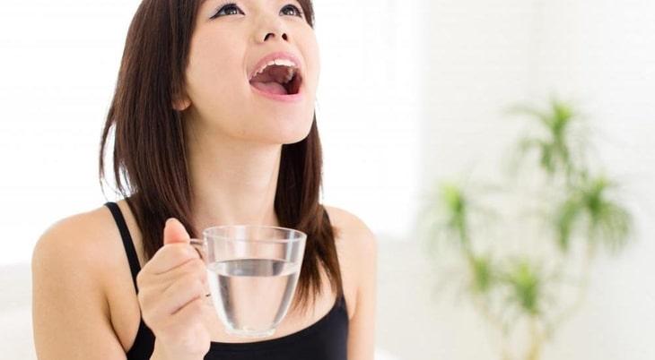 Uống nước đá gây viêm họng cần được điều trị