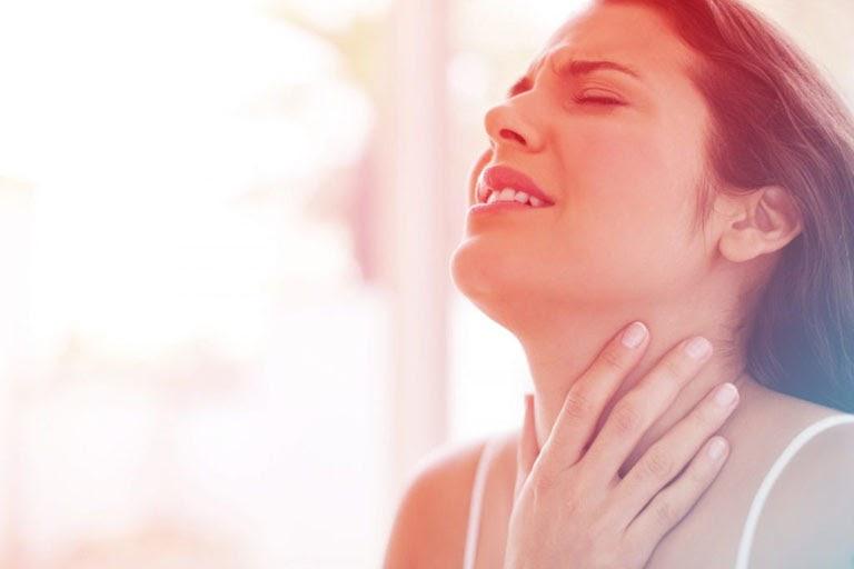 Viêm amidan cấp khiến người bệnh đau rát, sưng đỏ họng