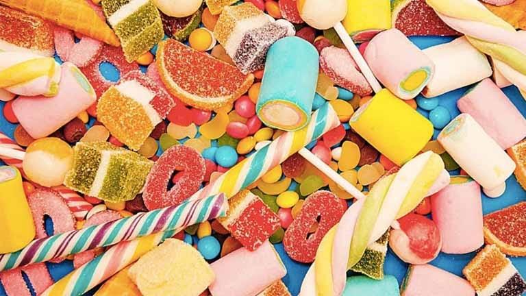 Nên hạn chế cho trẻ bị viêm amidan ăn bánh kẹo ngọt