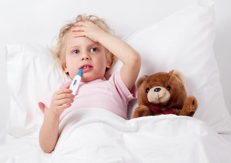 [Trẻ bị viêm amidan sốt mấy ngày] Làm sao để hạ sốt hiệu quả?