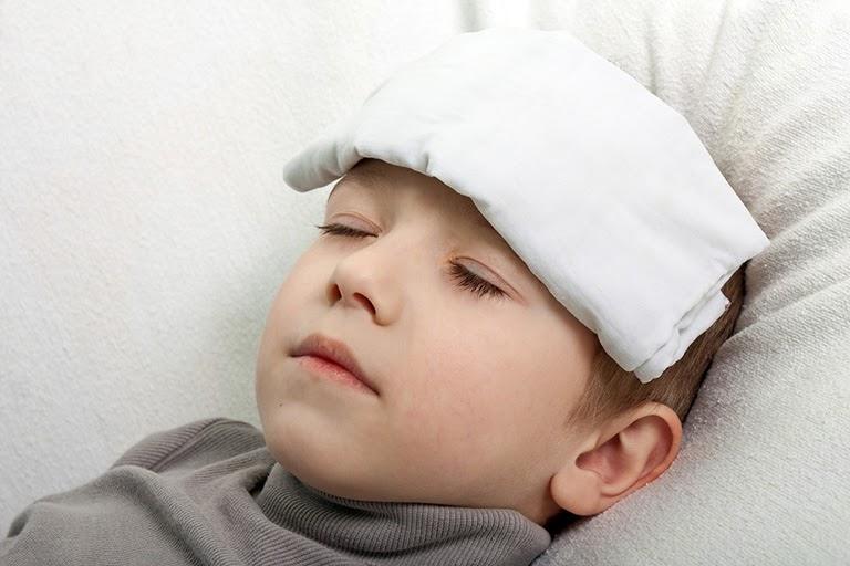 Chườm mát giúp hạ sốt do viêm amidan