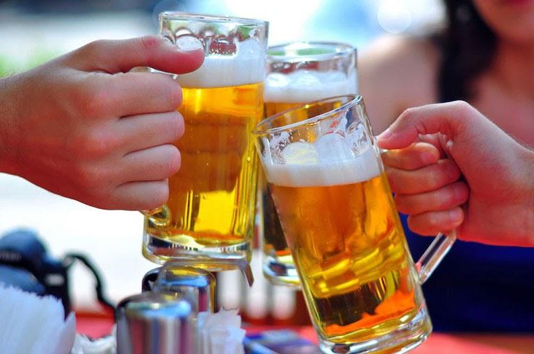 Sử dụng rượu bia nhiều cũng là một trong những nguyên nhân dẫn đến axit bị dư