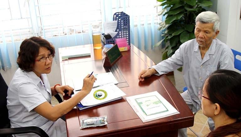 Hình ảnh một buổi thăm khám tại Trung tâm Thuốc dân tộc