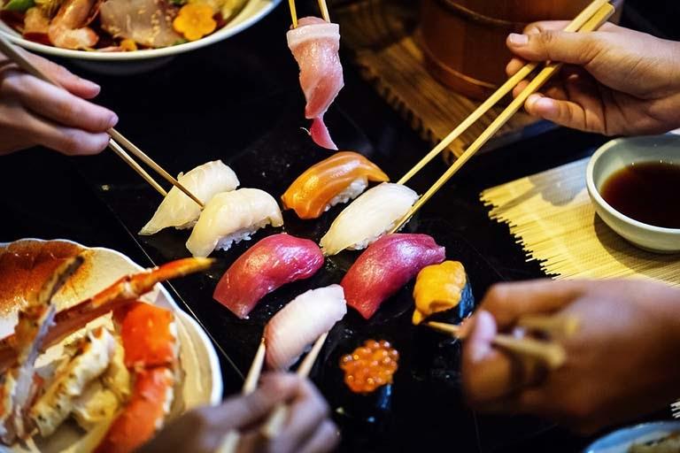 Vi khuẩn HP dễ lây lan qua việc ăn chung, uống chung với người bệnh