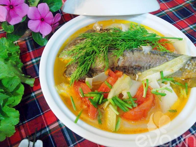 Canh cá nấu với nghệ tươi