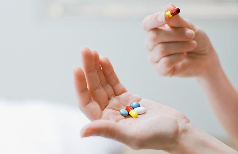 Điều trị bằng Tây y là lựa chọn nhanh gọn nhưng cần chú ý đến những tác dụng phụ nguy hiểm của thuốc