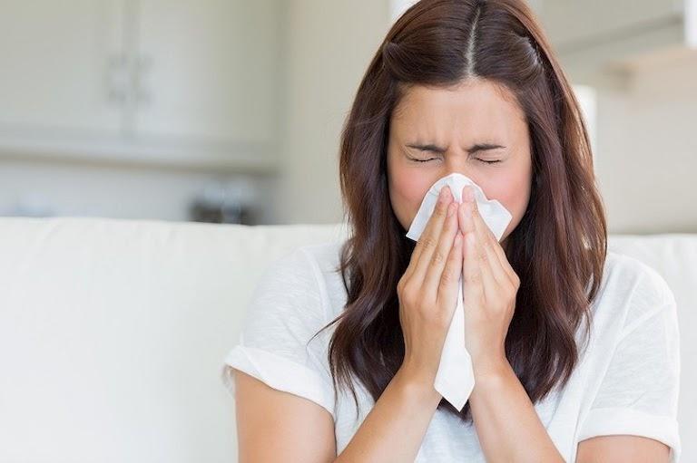 Hắt hơi, nặng tức mặt hay dịch mũi thay đổi là các dấu hiệu của bệnh