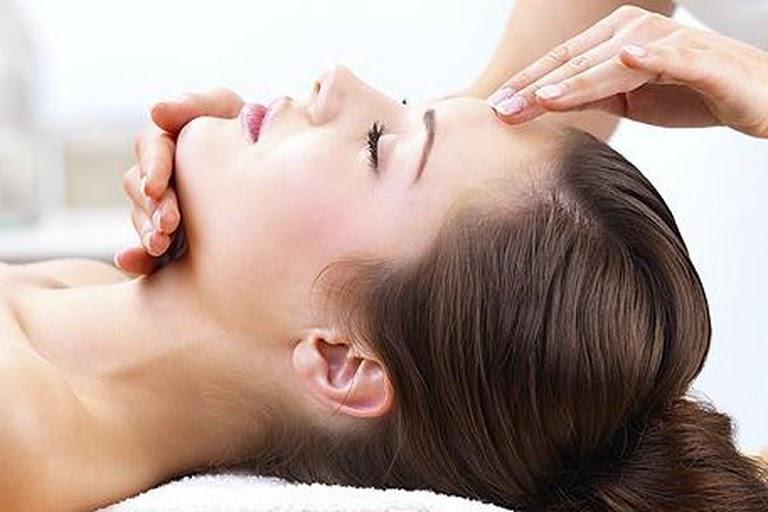 Chữa viêm xoang trán tại nhà bằng massage