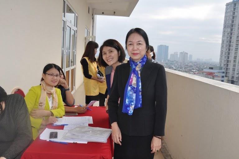Hình ảnh bác sĩ Lương Hồng Châu (mặc áo đen)