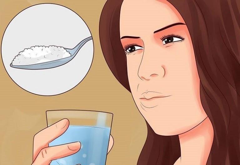 Súc miệng bằng nước muối giúp làm sạch họng, giảm viêm amidan