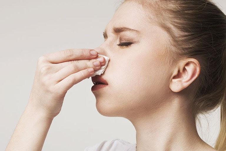 Sổ mũi là tình trạng xuất tiết dịch nhầy khiến người bệnh khó chịu