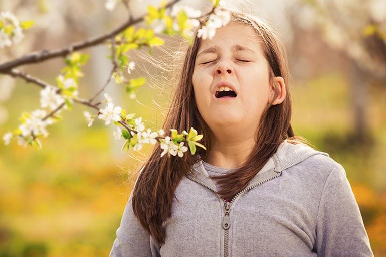 Hắt hơi là triệu chứng điển hình thường gặp ở bệnh nhân viêm mũi dị ứng theo mùa