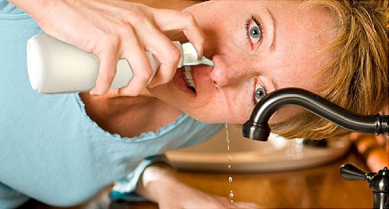 Rửa mũi bằng nước muối là giải pháp được nhiều chuyên gia khuyên dùng