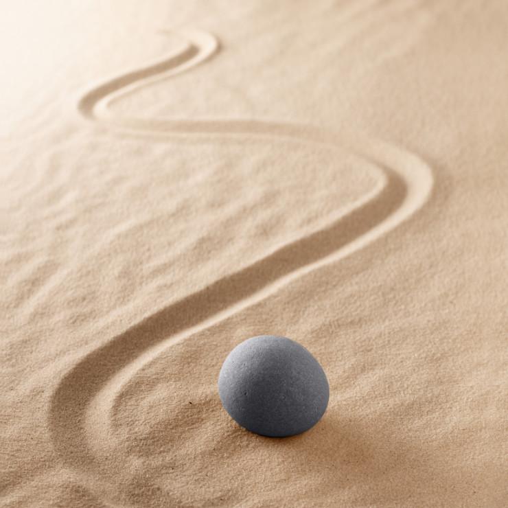 Gezeichneter Weg im Sand