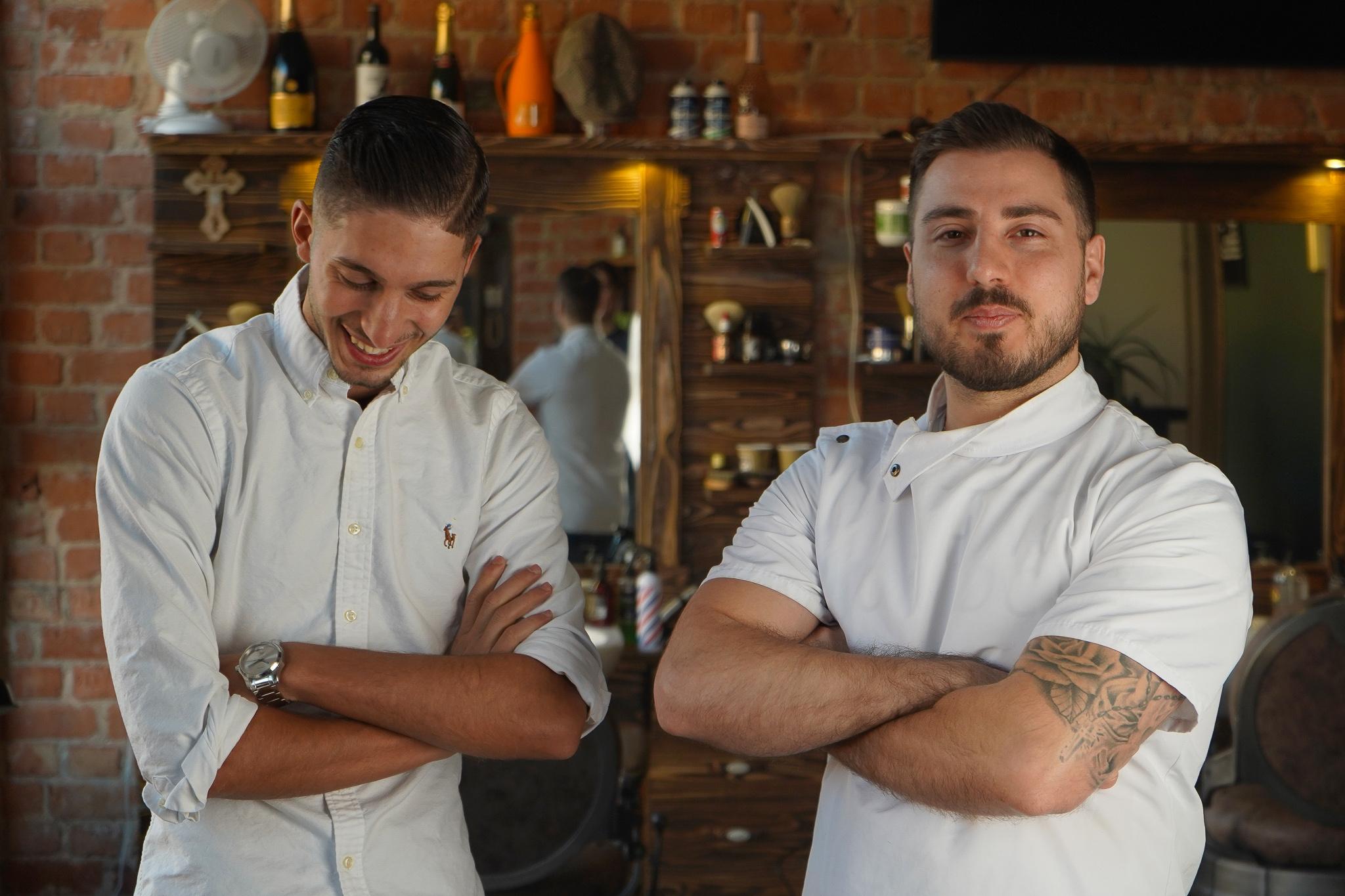 Bild på Alex och Gabriel (från vänster till höger); fade master och master barber på Teymur Barbershop.