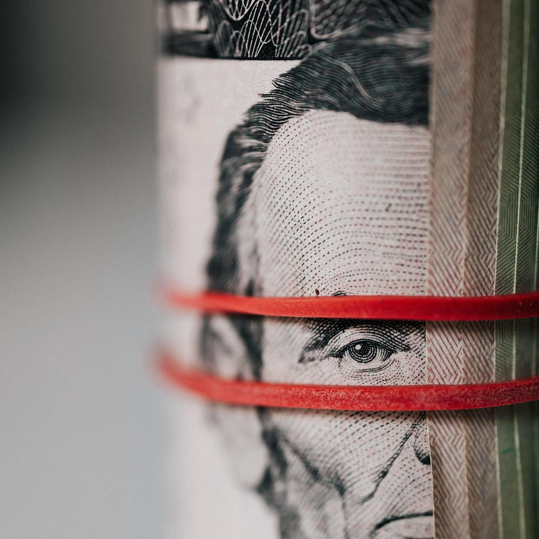Uma foto de uma nota de dollar.