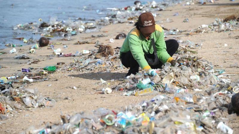 Em Bali, jovens lideram a luta contra a ameaça do lixo plástico