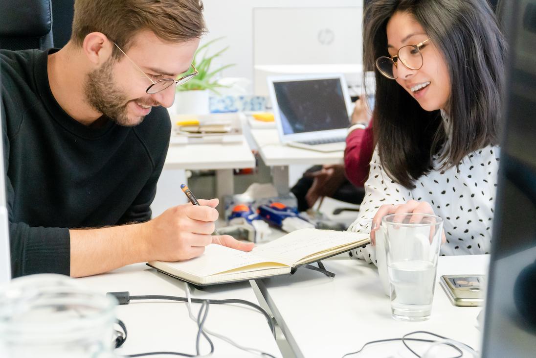 Myos team in einem workshopraum arbeiten an einem flipchart