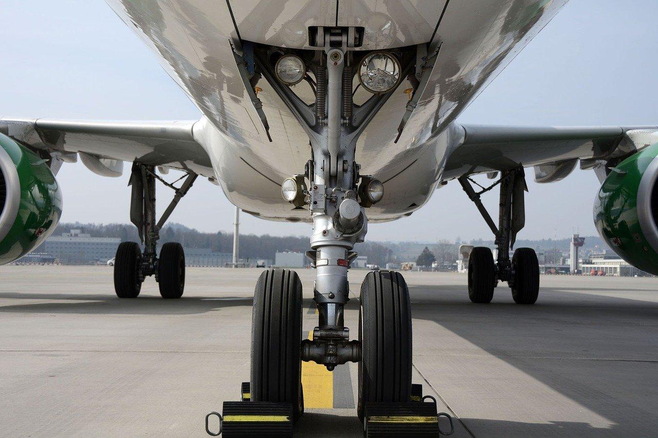 Frontalansicht eines Flugzeuges auf dem Rollfeld.