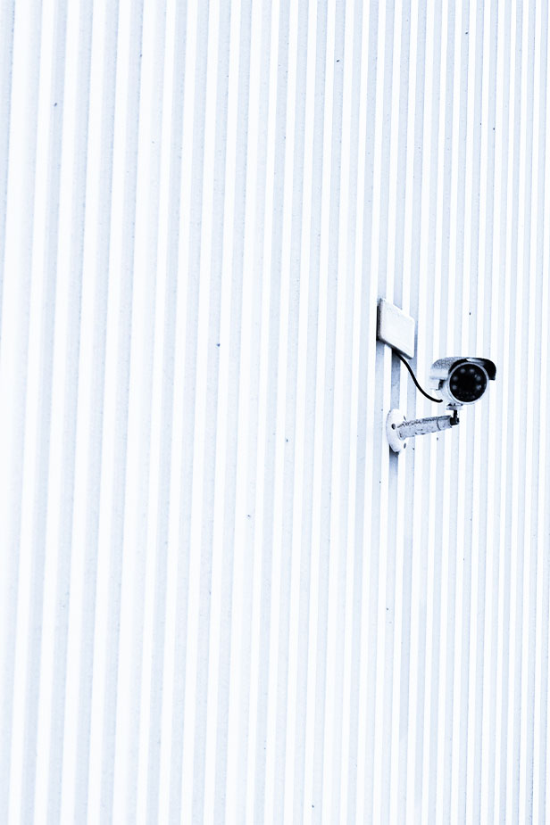 Caméra sur un mur extérieur blanc