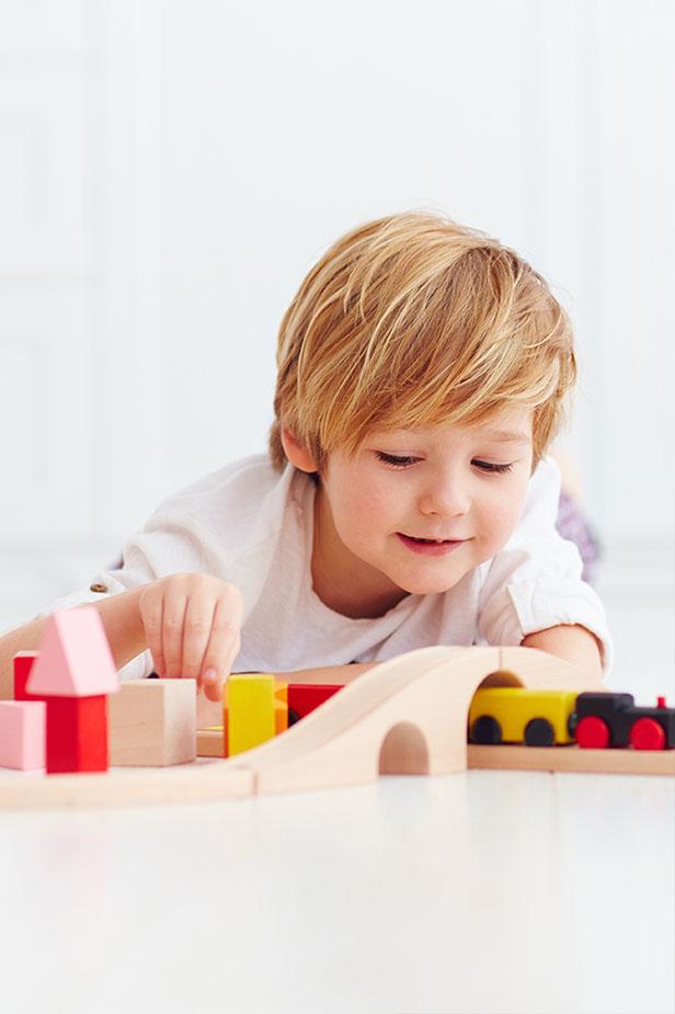 Enfant s'amusant avec des jouets en bois