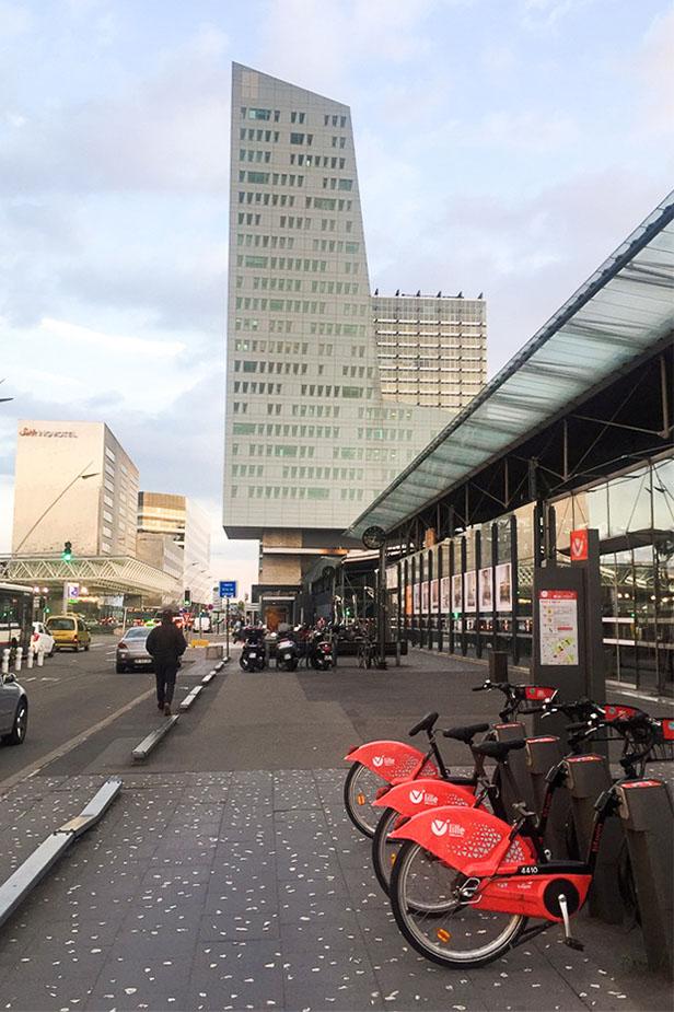 Vélos v'Lille devant un bâtiment dans la quartier Lille Europe