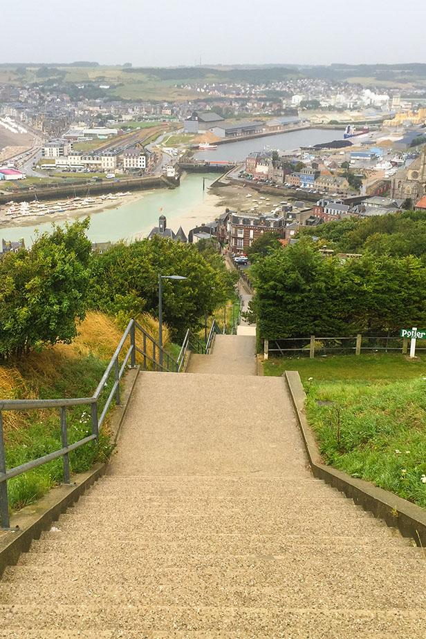 Escalier descendant sur une ville