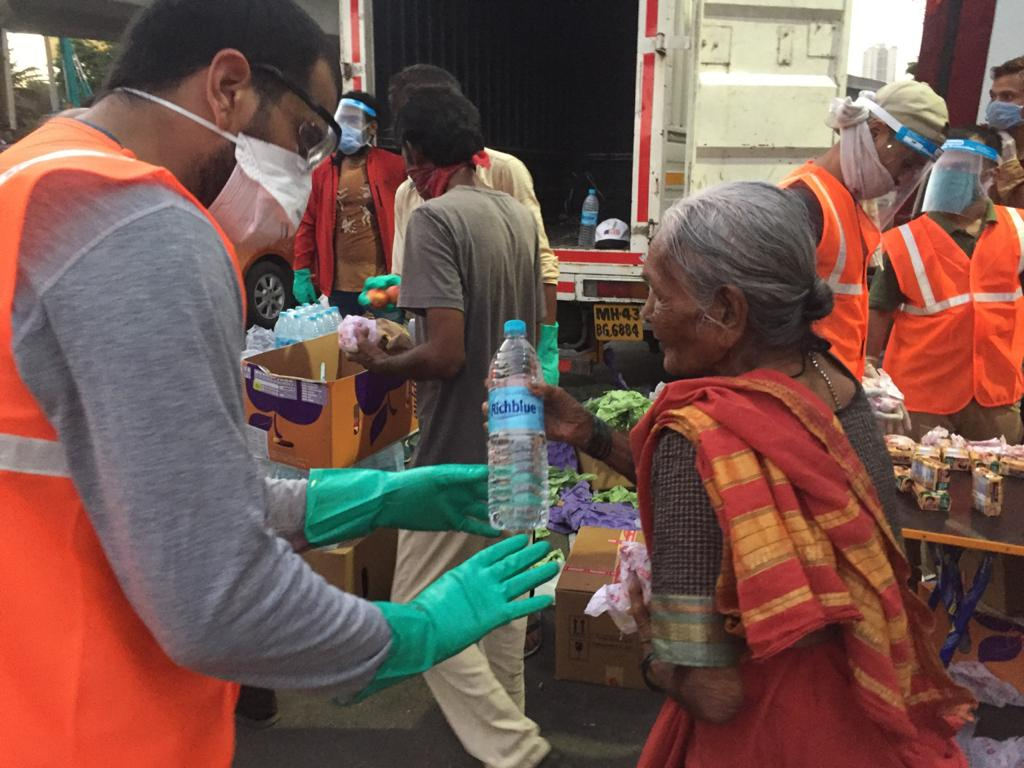 Food distribution drive by Khaana Chahiye volunteers
