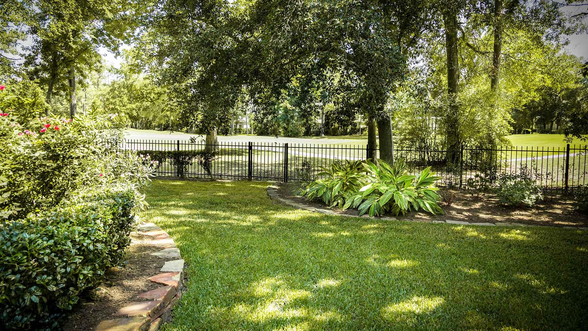 Garten mit Rollrasen im Schatten