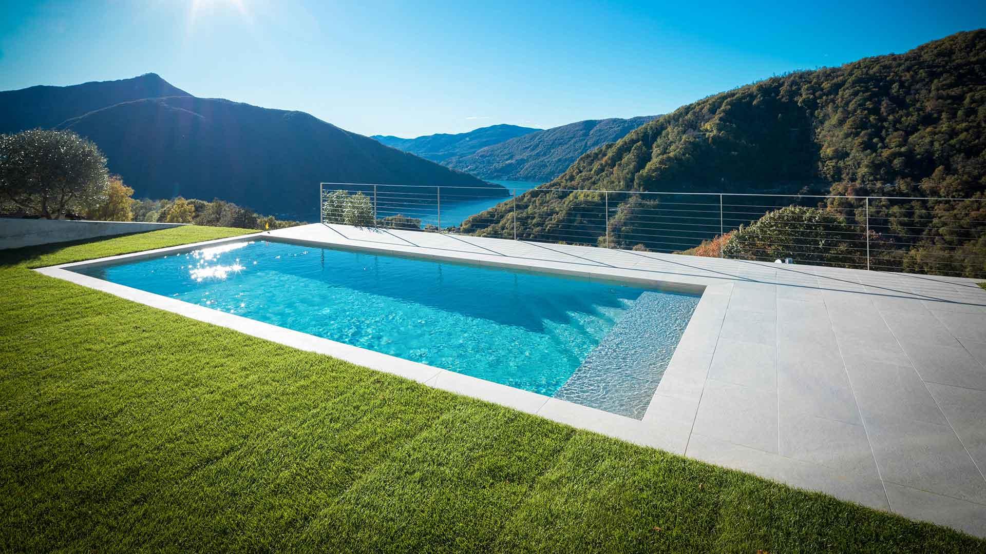 moderner Pool mit Rasenfläche rundherum