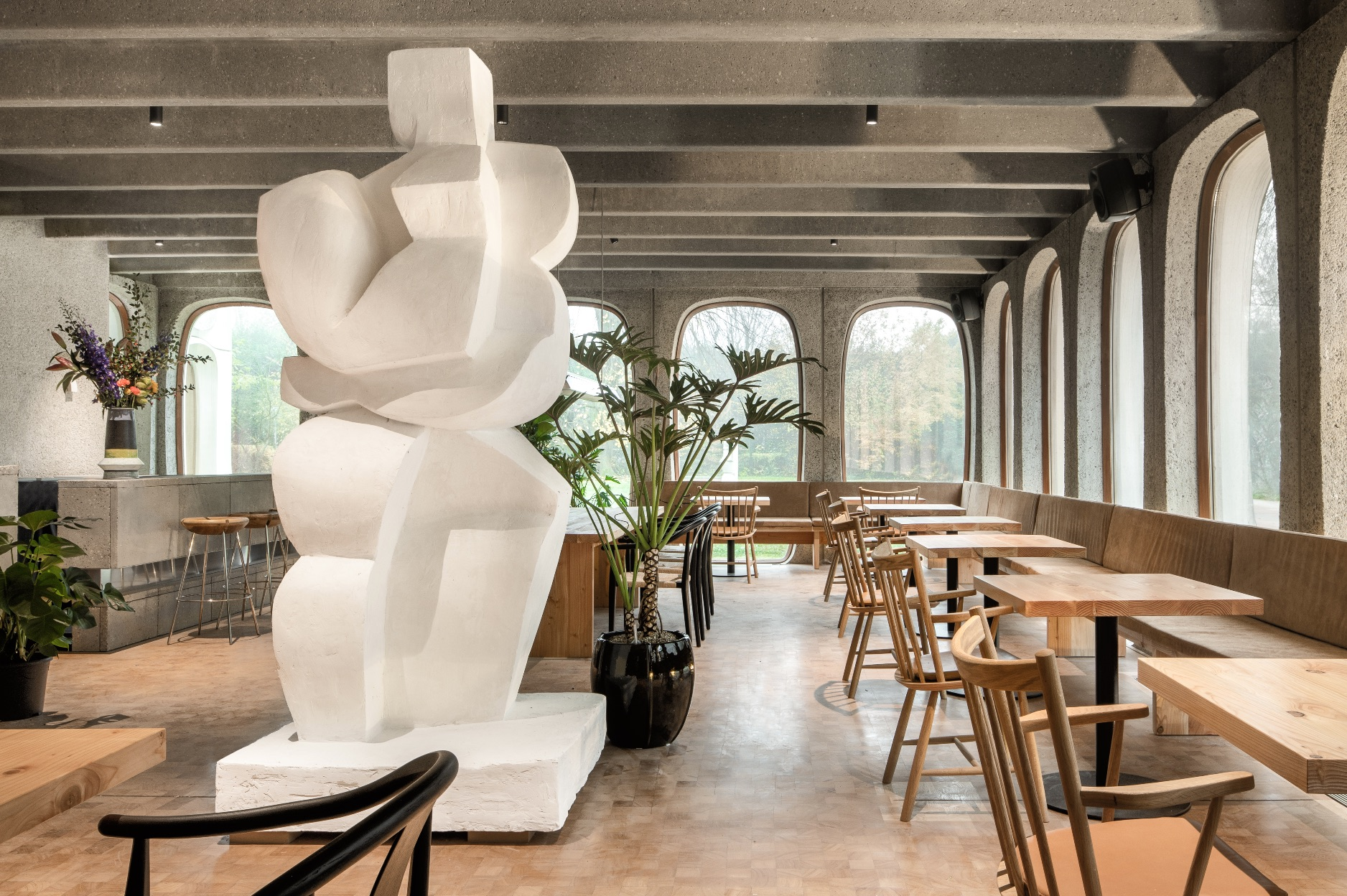 Chairs and tables, at Midori hub Boitsfort, place to work or eat lunch at Fosbury and sons Boitsfort