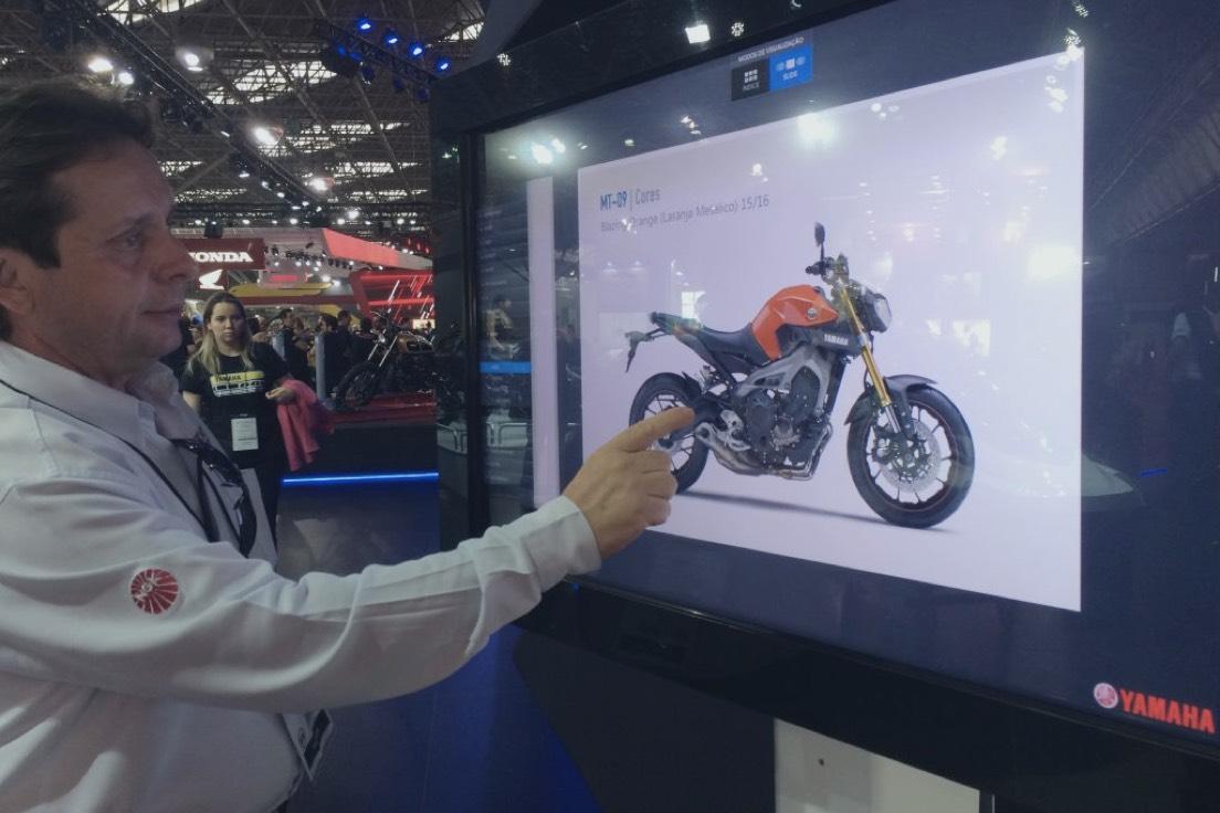 Yamaha com catálogos interativos da Aqua no Salão Duas Rodas